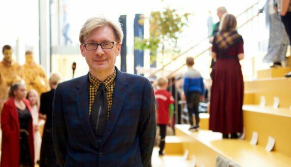 Røða Edward Fuglø helt við avdúking av listaverkinum Bólkaprát